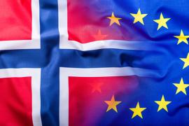 Norsk flagg og EU flagg.