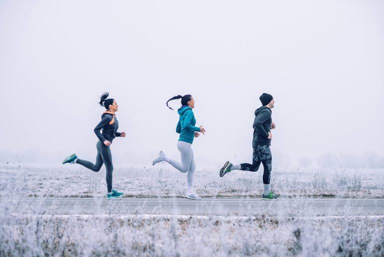 Tre person som løper