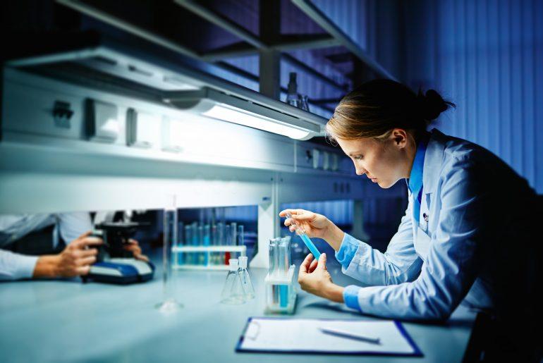 Forsker i laboratorium