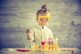 Ung jente som forsker