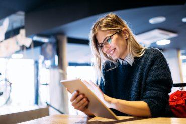Ung kvinne med iPad
