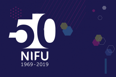 Abstrakt bakgrunn med NIFUs 50-årslogo.