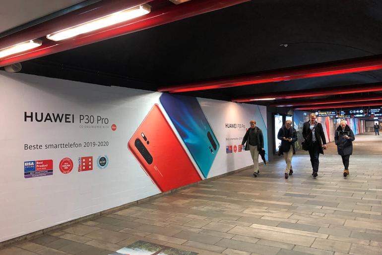 Huawei tapetserte nylig Nationaltheateret stasjon i Oslo med reklame for sin nye telefon. Foto P Koch.