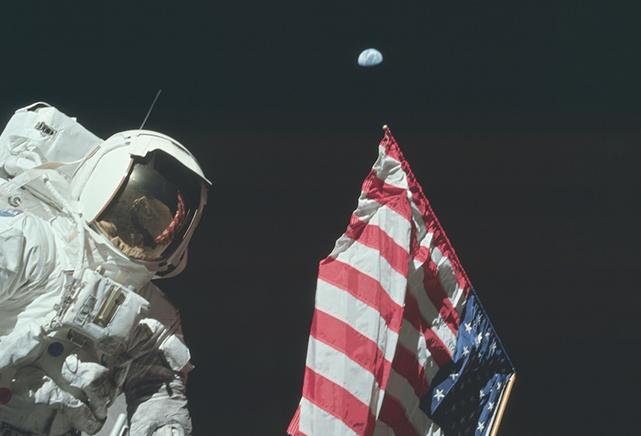 Astronaut på månen med flagg