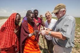 Eivin Røskaft og Gine Skjervø i samtale med masaier i Tanzania. Privat foto.