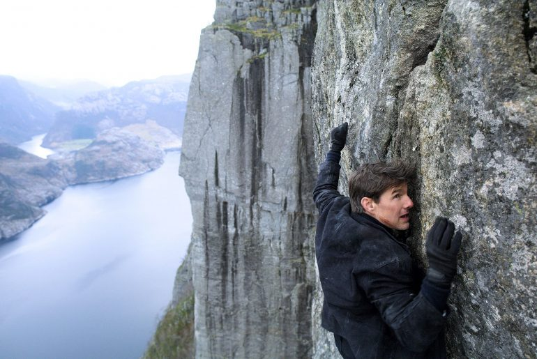 Ethan Hunt (Tom Cruise) i Preikestolen (Photo: Paramount / Courtesy Everett Collection)