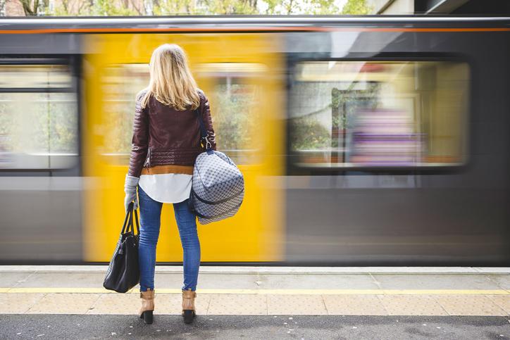 Ung kvinne venter på toget. Foto: SolStock