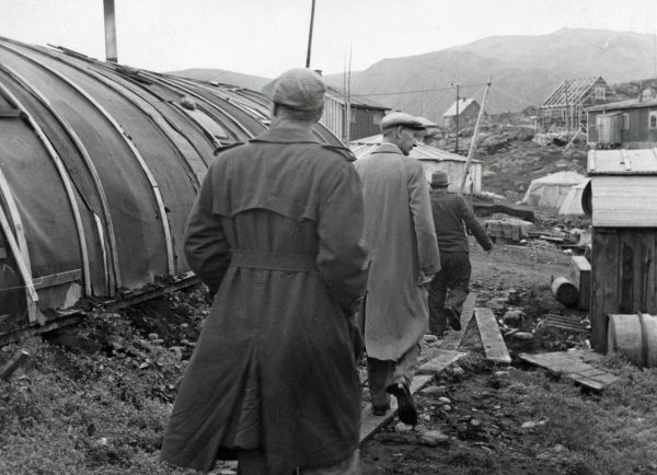 Einar Gerhardsen på befaring i Honningsvåg under sin reise i Nord-Norge sommeren 1947. I forgrunnen Peder Holt. Arbeiderbevegelsens arkiv og bibliotek.