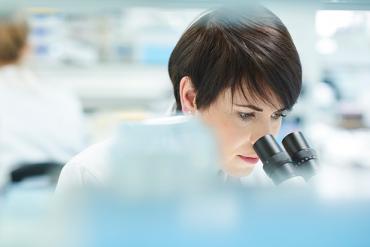 Kvinne i laboratorium