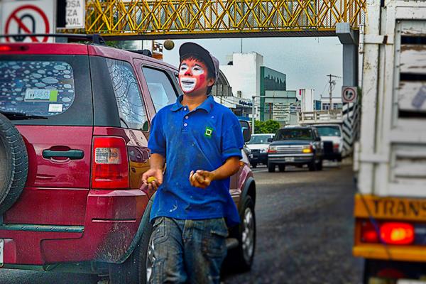 Unge og fattige tar kreativiteten til hjelp for å tjene noen slanter ekstra, mens fattigdommen motiverer andre til å velge narkokriminalitet som levevei. (Foto: Marco Aguilar)