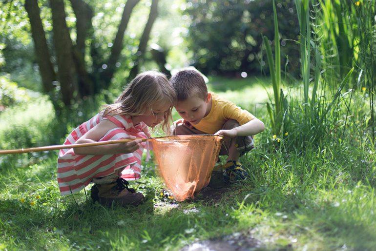 Jente og gutt ser på fangst i hov (Getty)