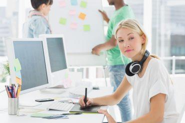 Ung kvinne bruker tablet for tegning (foto Wavebreakmedia Ltd)