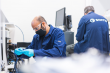 To menn fra SINTEF arbeider med batteriteknologi