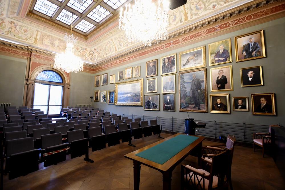 I forelesningssalen henger det malerier av tidligere medlemmer, blant dem æresmedlem Fridtjof Nansen. Fra Vitenskapsakademiets bygning i Drammensveien i Oslo Foto Lisbet Jære.