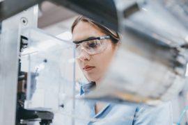 Ung kvinne i laboratorium