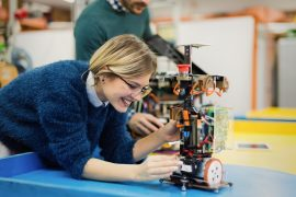 Ung kvinnelig ingeniør